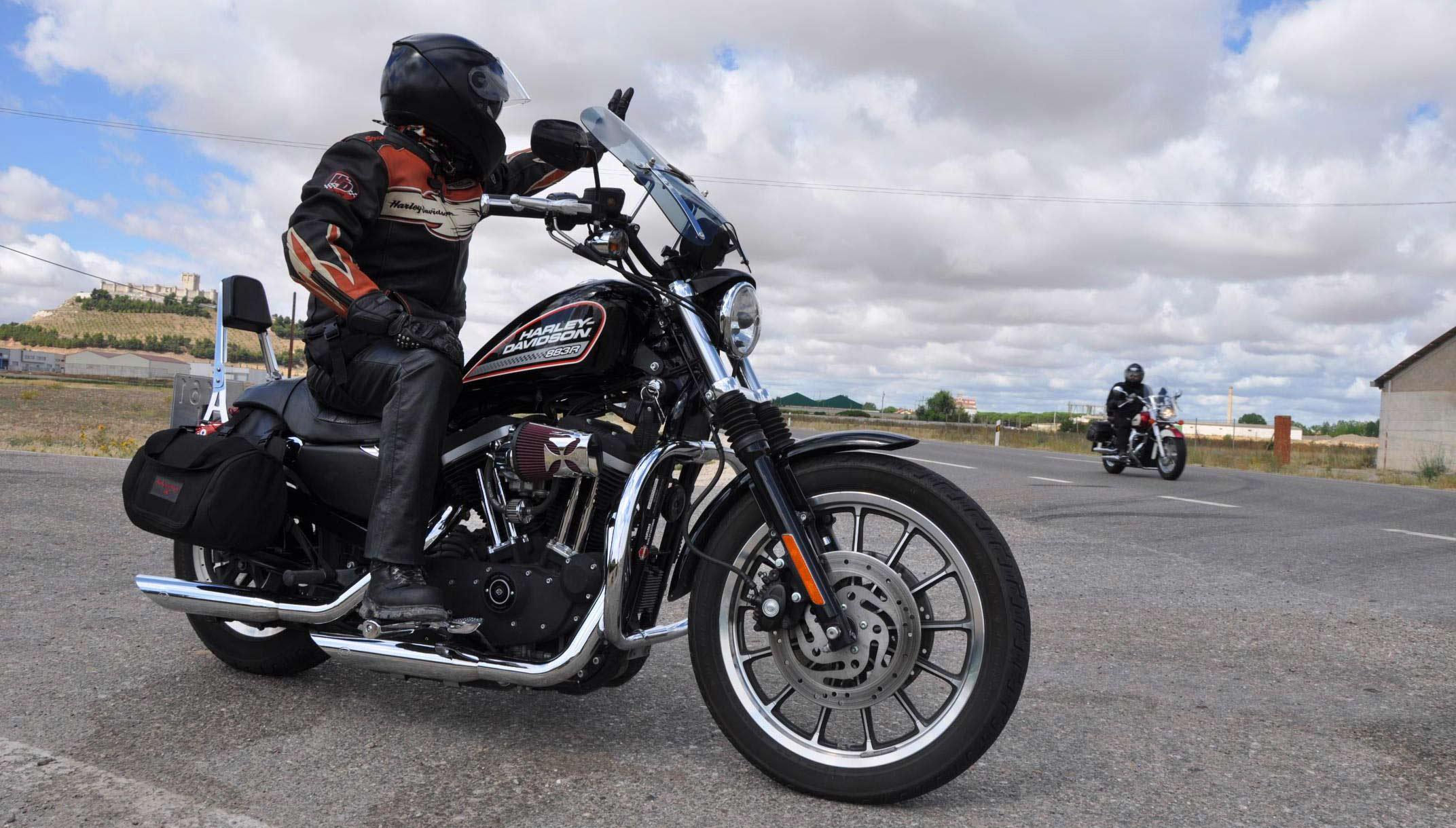 motero de Harley Davidson equipado con Casco, chaqueta y guantes